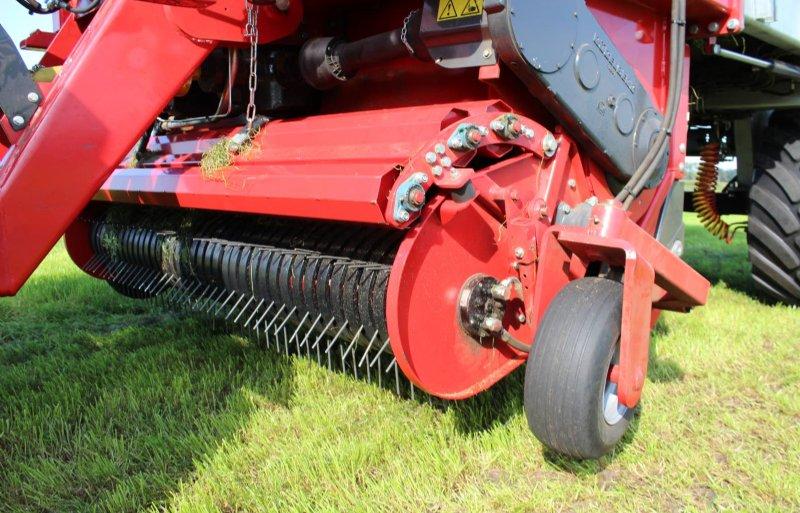 Het invoeraggregaat heeft Fliegl helemaal zelf ontworpen. De 49 messen op de 1,5 meter brede rotor snijden het gras 3 centimeter kort.