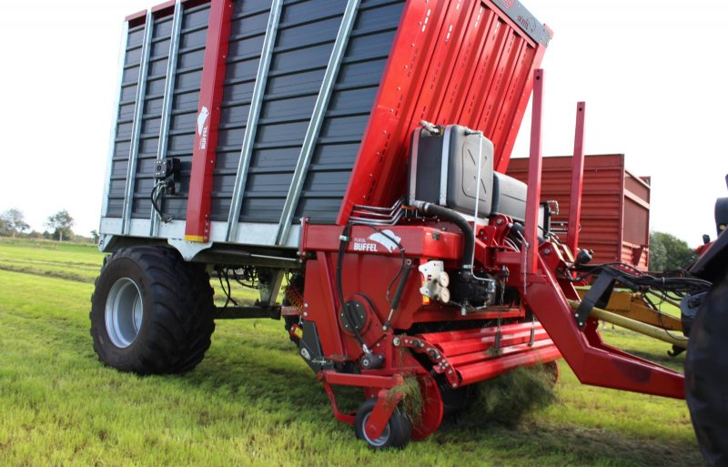Voorop de Büffel boven de invoer zit de eigen hydrauliekpomp voor de aandrijving van de pick-up en overlaadband