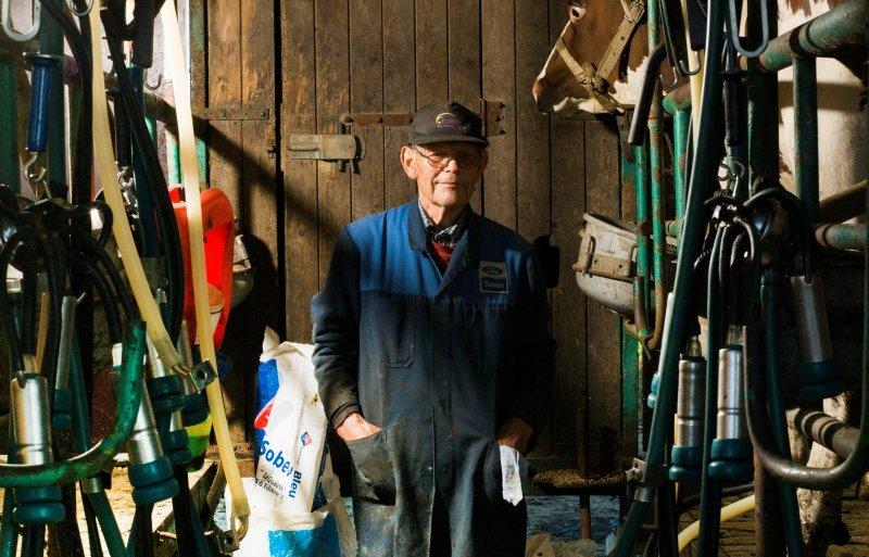 Ties Somers in de melkkar die al sinds 1974 in gebruik is.