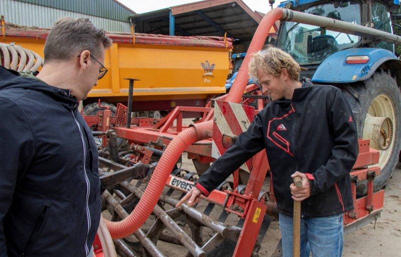 Een combinatie van cultivator en zaaimachine staat klaar op het erf van Verwer.