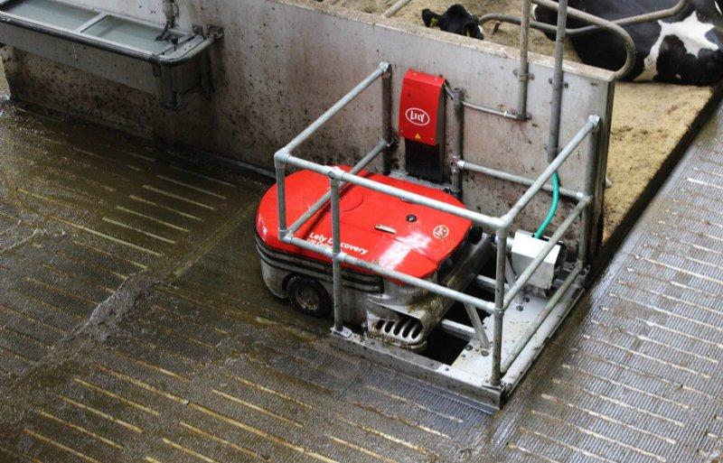 De robot kan in twintig minuten 300 liter mest opzuigen en afstorten.