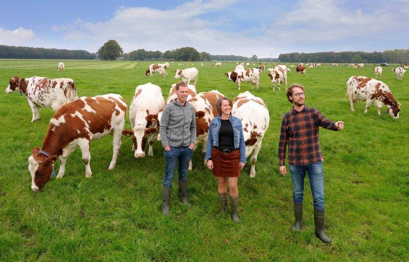 Melkveehouders Tom en Ellis Lugtenberg werken samen met horecaondernemer Leon Ripperda (rechts). Tom Ellis Lugtenberg en Leon Ripperda