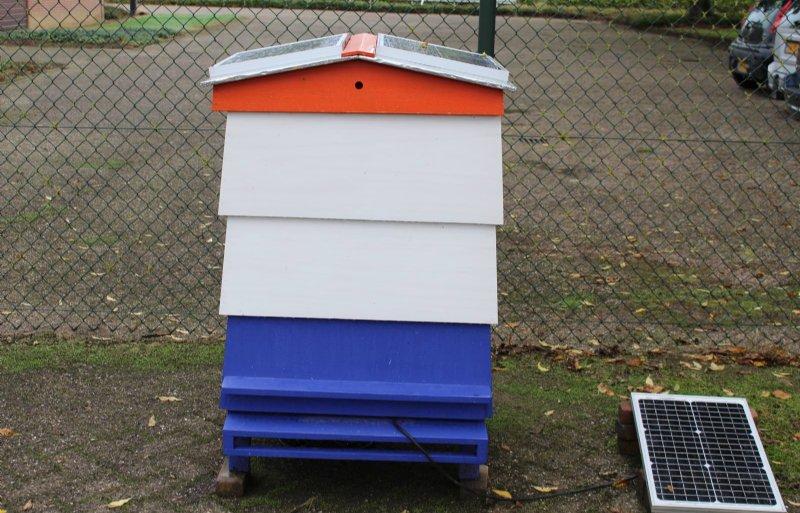 Adoptiekast voor bijenvolken die resistent zijn tegen varroamijten