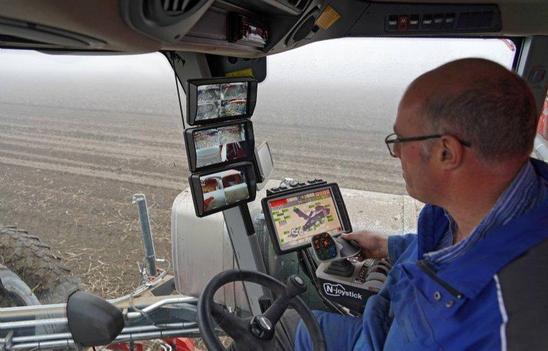 In de Claas-cabine is een nieuwe armleuning met joystick en groter touchscreen.