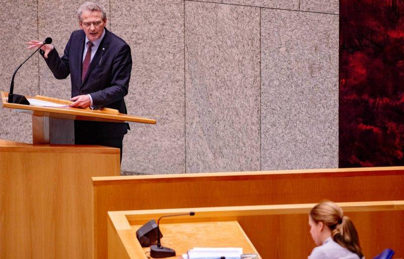Roelof Bisschop (SGP) spreekt minister Schouten toe tijdens de behandeling van de begroting in 2020
