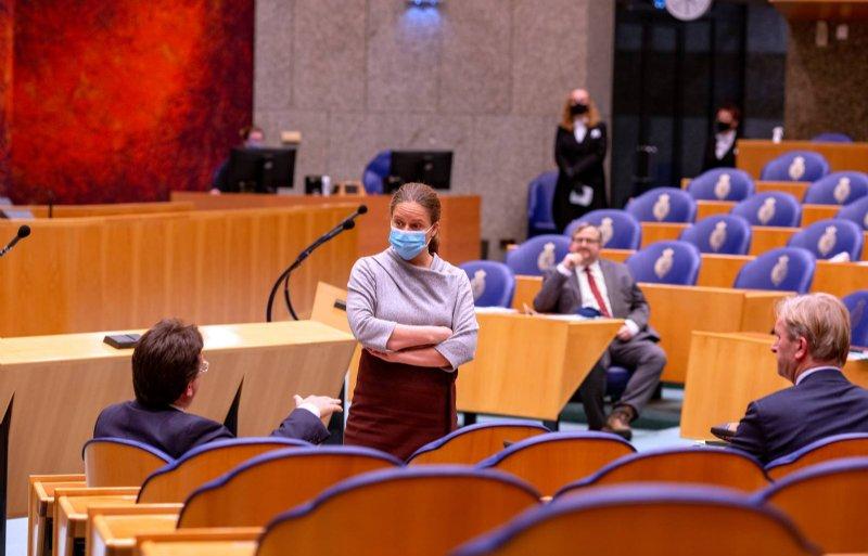 Minister Schouten voert een informeel gesprek met Jaco Geurts voorafgaand aan het landbouwbegrotingsdebat in 2020.