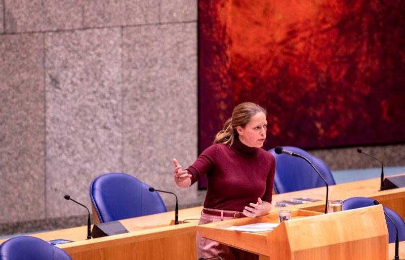 Minister Schouten spreekt in de tweede termijn de aanwezigen toe tijdens de behandeling van de landbouwbegroting.