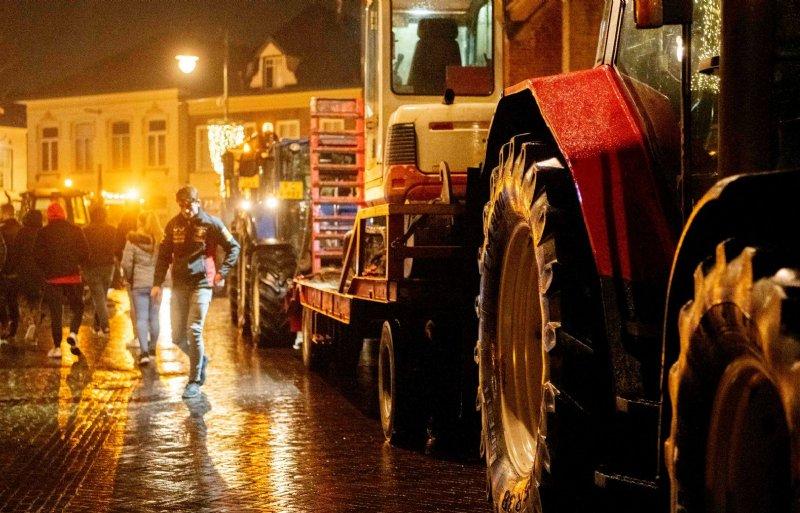 Boeren, bouwvakkers en wegenbouwers in Winterswijk protesteren tegen het stikstofbeleid.