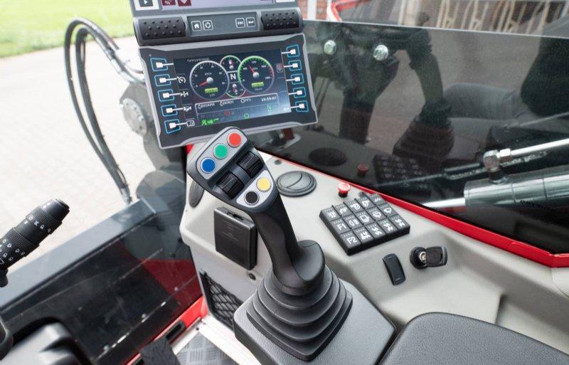 Veel fabrikanten kunnen de boordcomputer op afstand uitlezen op storingen en foutcodes. Daarmee is een chauffeur via de telefoon uitleg te geven.