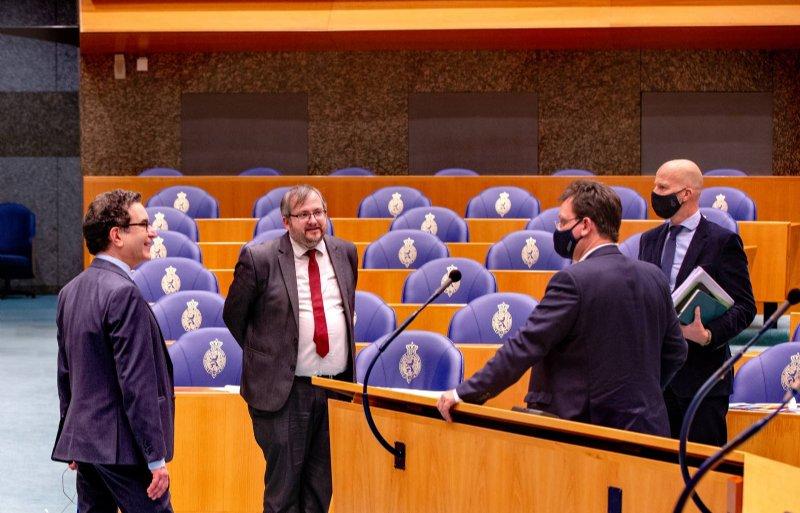 Kamerleden Wassenberg (PvdD), Futselaar (SP), Geurts (CDA) en De Groot (D66) tijdens een schorsing van het stikstofdebat.