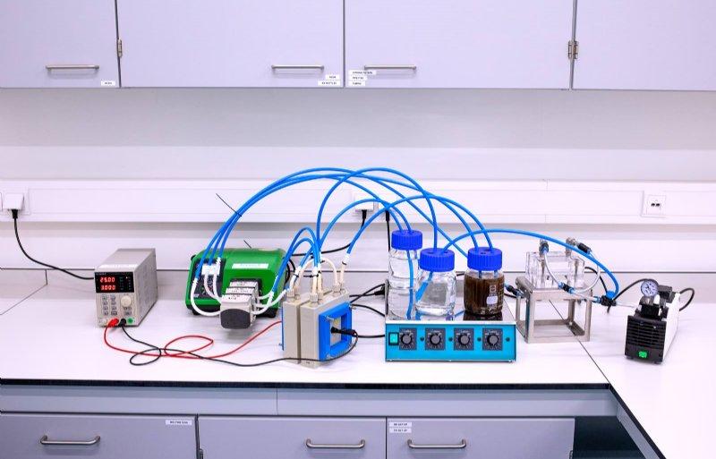 In het laboratorium van Metz staat een proefopstelling.