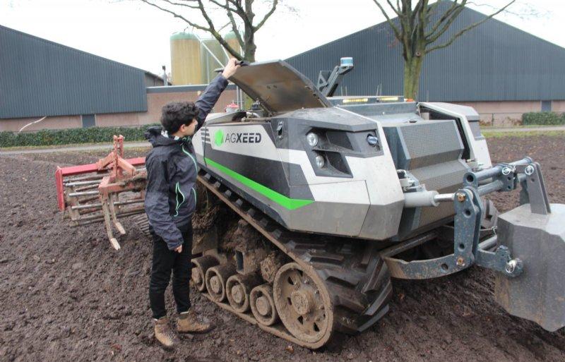 Met een afstandsbediening is de 6 ton zware robot naar het veld te rijden, waarna hij autonoom aan de slag gaat.