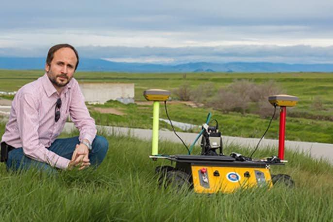 Stefano Carpin van bedrijf UC Merced bij een van zijn robots.