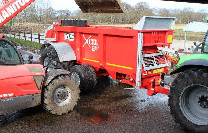 De extra as is te liften via de hydrauliek van de geveerde dissel.