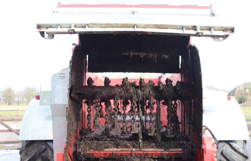 De klepelrotor heeft vier rijen van elk zes zware kettingen en een Hardox-slagijzer.