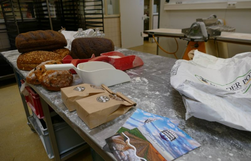 Boeren, bakkers en een molenaar vonden elkaar in Dubbel Drents streekbrood.