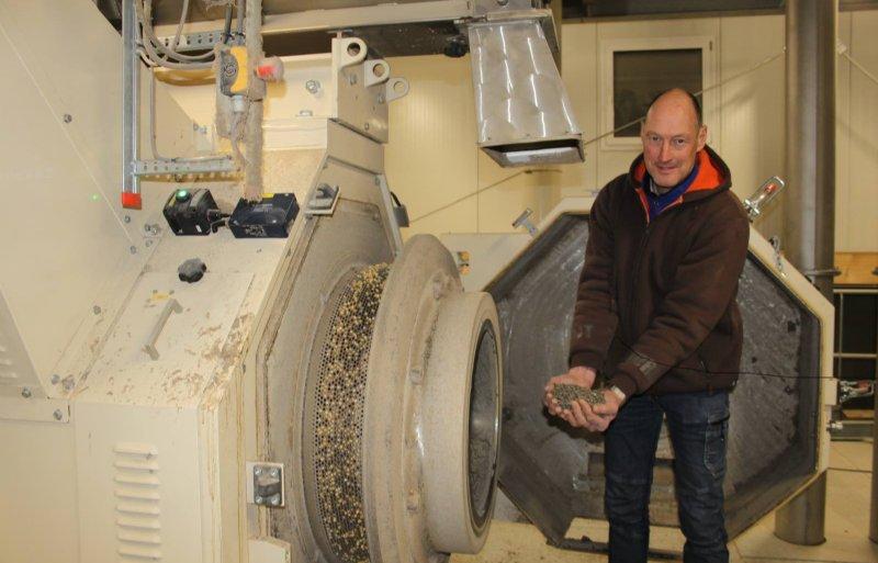 Pieter Kersten hoopt in de toekomst ook pluimveemest van derden tot korrels te verwerken.