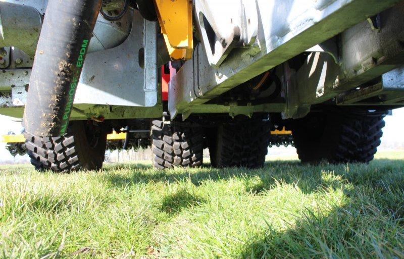 Uitgeschoven ontstaat er tussen de wielen 80 centimeter ruimte waar het trekkerspoor in past.