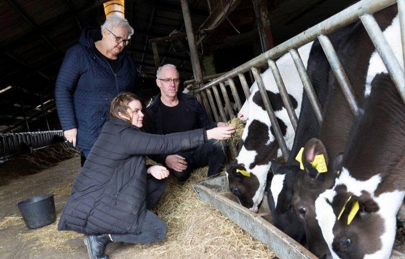 Anna Hoekstra heeft met haar ouders Griet Bloem en Marten Hoekstra de leiding over de zorgboerderij.