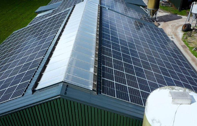 Zonnepanelen op het dak van de stal van melkveehouder Tjeerd Dijkstra uit Oldetrijne.
