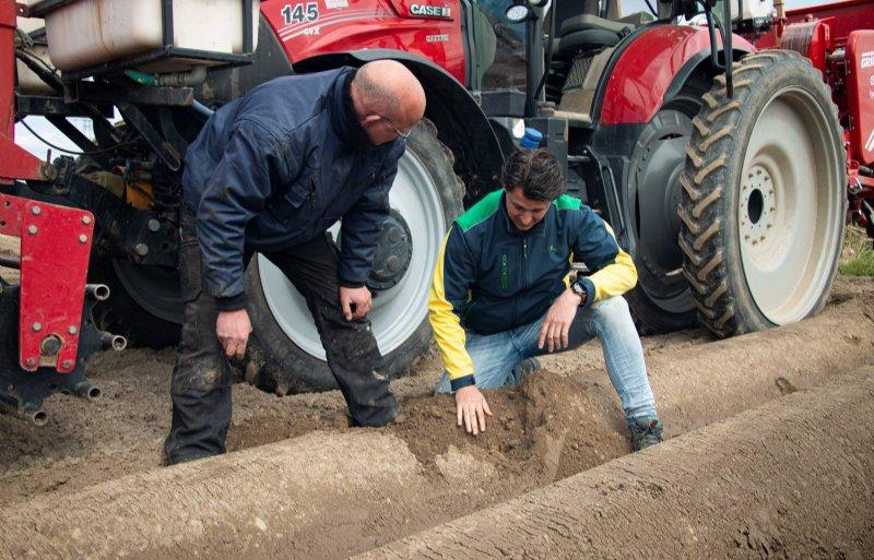 Aardappelteler Roland van der Veeken en Agrifirm-akkerbouwspecialist Rens Hupkes beoordelen de conditie van de bodem na twee rustjaren.