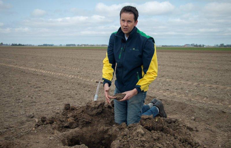 Bodemspecialist Erik Nagelhoud graaft een profielkuil om inzicht te krijgen in de structuur van de bodem.