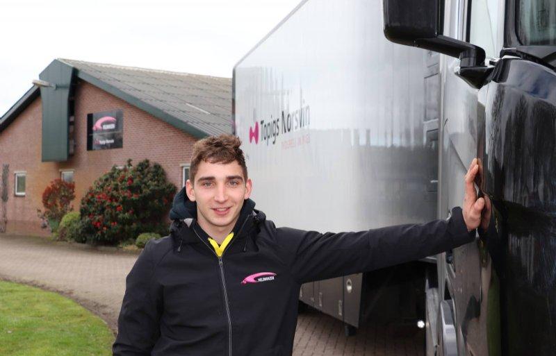 Derk Veldhuizen rijdt twee dagen per week met de vrachtwagen van het eigen bedrijf.