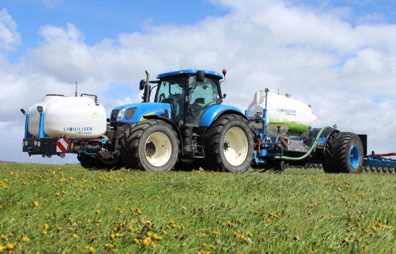 Vollekracht zette een tweede tank voorop de trekker om de meststof in de juiste verhouding toe te dienen.