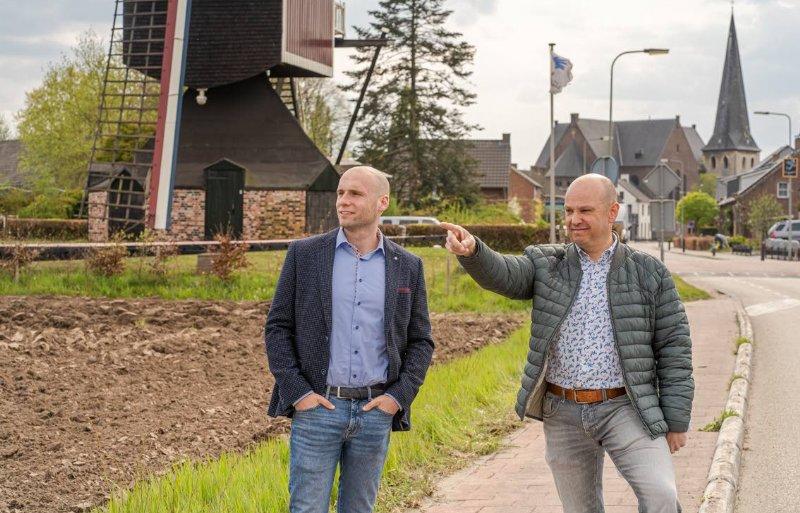 NVM Agrarisch en Landelijk-makelaar Bart Pijs (l) verkocht het bedrijf van de ouders van Paul Palmen.