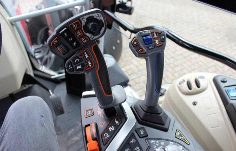 Links de multihendel en rechts de joystick voor hydrauliek en diverse andere functies.