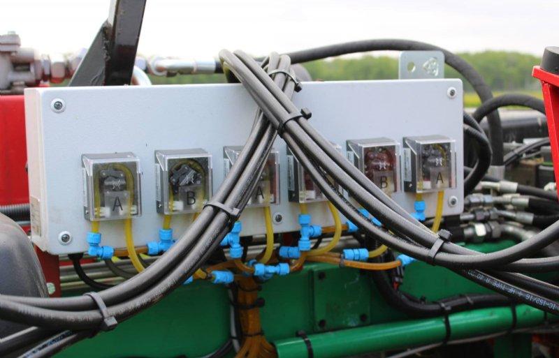 Vloeistof gaat druppelsgewijs via slangetjes naar strooikoppen.
