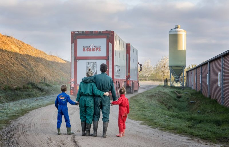 Lucas Mooren uit het Limburgse Meerlo stopte met zijn varkensbedrijf. Samen met zijn vrouw en kinderen kijkt hij hoe de auto met de laatste varkens zijn erf afrijdt.