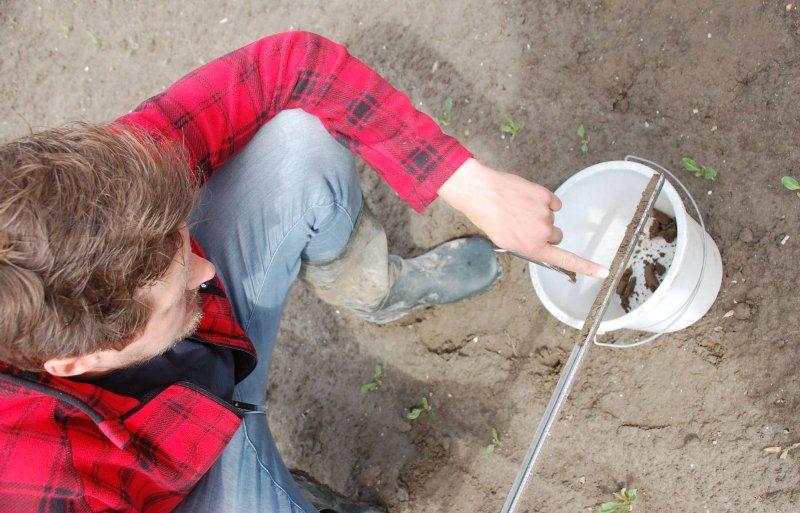 Gert-Jan de Graaf inspecteert de klei.