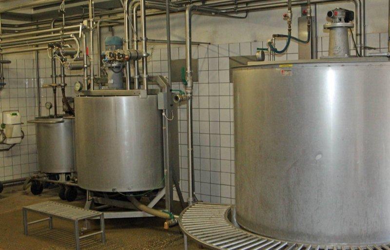 De melk wordt warm in de voerkeuken.