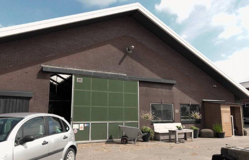 Straathof liet het verouderde dak verhogen en licht- en ventilatienokken plaatsen.