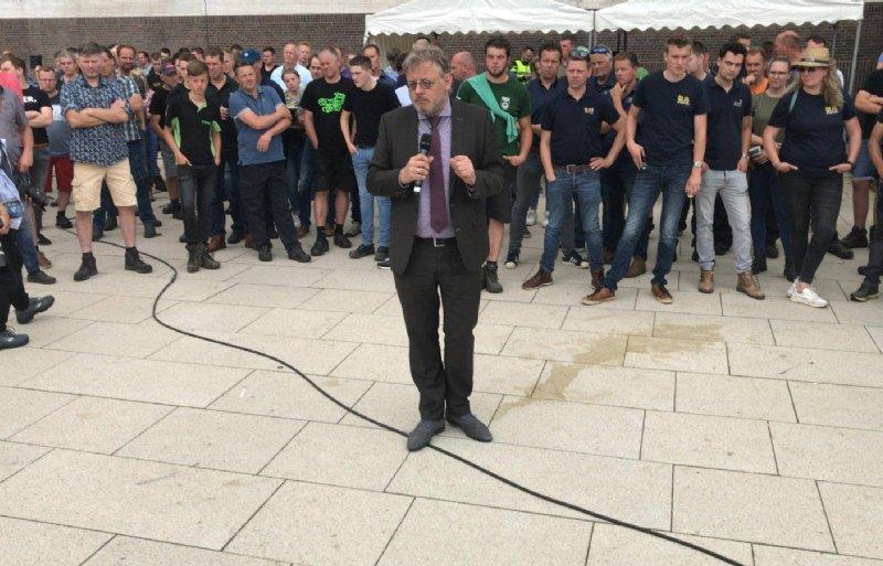 Gedeputeerde Peter Drenth van de provincie Gelderland spreekt in Arnhem de boeren toe.