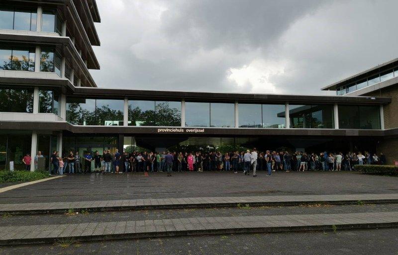 Boeren verzamelen zich bij de ingang van het provinciehuis in Zwolle.
