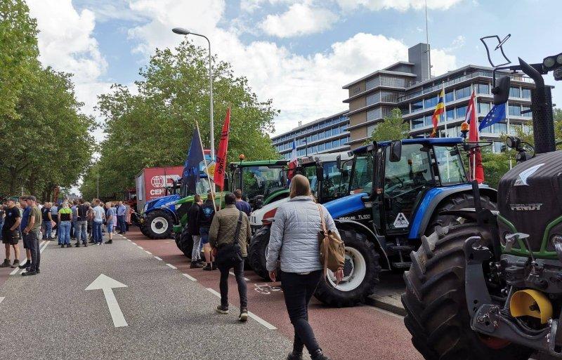 Ook boeren uit Overijssel trokken per trekker naar het provinciehuis.