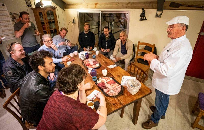 Edelbrons-slager Joos Truijen laat Limburgse koks proeven hoe Het Peelvarken smaakt.