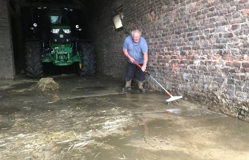 Wateroverlast bij een boerenbedrijf in Limburg.