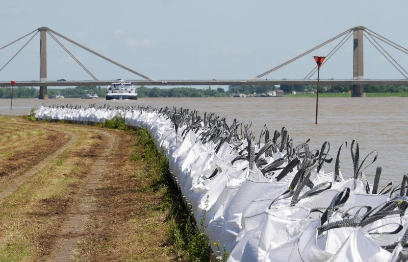 Big bags langs de Waal om gewassen te beschermen.