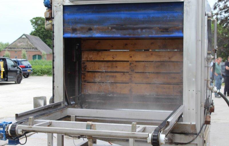De kistenwasser en de filtratie-unit worden op een eenvoudig verplaatsbaar frame geplaatst.