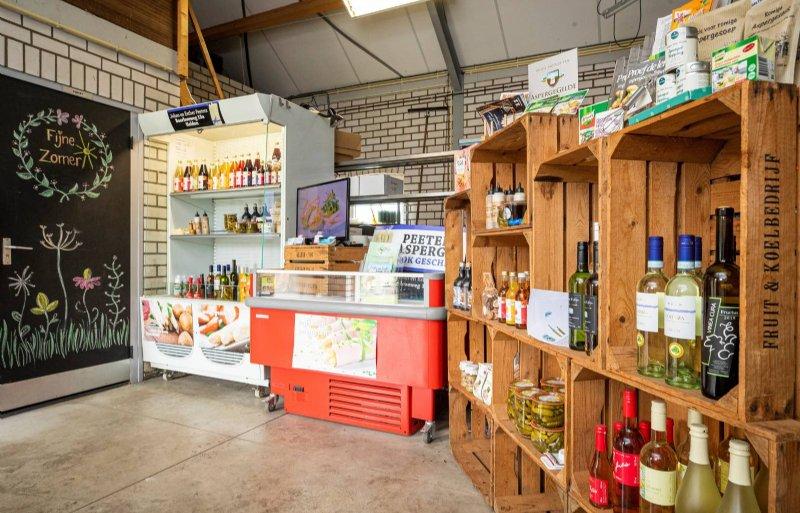Klanten kunnen in de boerderijwinkel kiezen uit een breed, deels aspergegerelateerd assortiment.