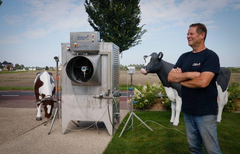 Klaas de Boer bij zijn ammoniakfilter.