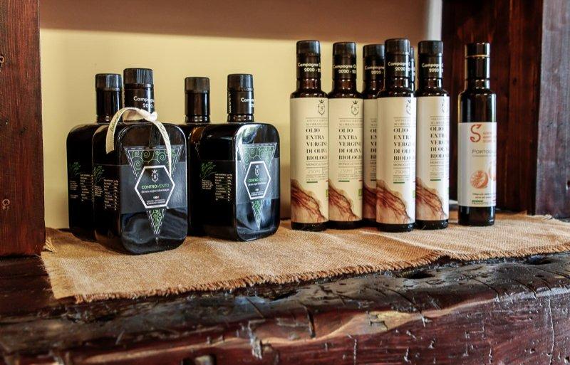 Il prodotto finale proviene dal frantoio, dove vengono frante anche le olive dei contadini circostanti.