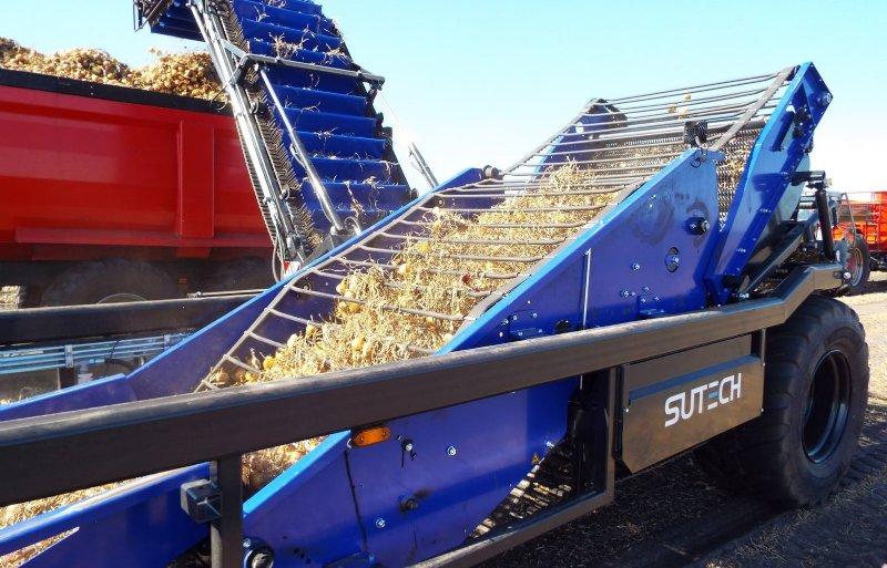 Voor gewassen met onkruid bouwt SU-Tech een uienlader met doorvalmat.