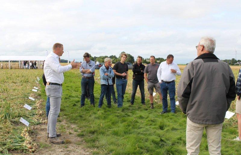 Emiel Kamminga van FlevoTrade (links) geeft uitleg over de mogelijkheden om de teelt van zaaiuien te vervroegen.