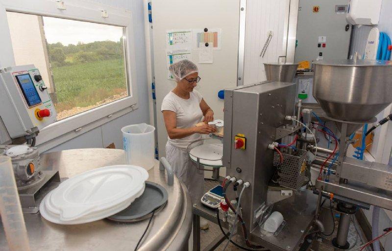 Yoghurtproductie bij Florent Cressot op de boerderij in Cusey.