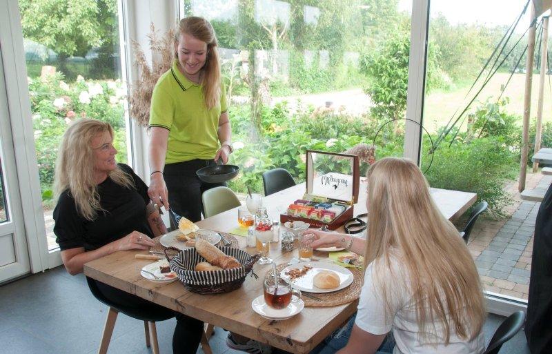 Vera van den Avoird bedient de B&-gasten bij het ontbijt.