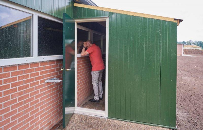 De ruimte bij de nieuwe stal om vleesvarkens te kijken.